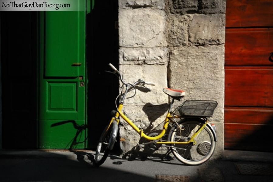 Tranh dán tường, chiếc xe đạp nằm giữa góc phố cổ kính DA7015