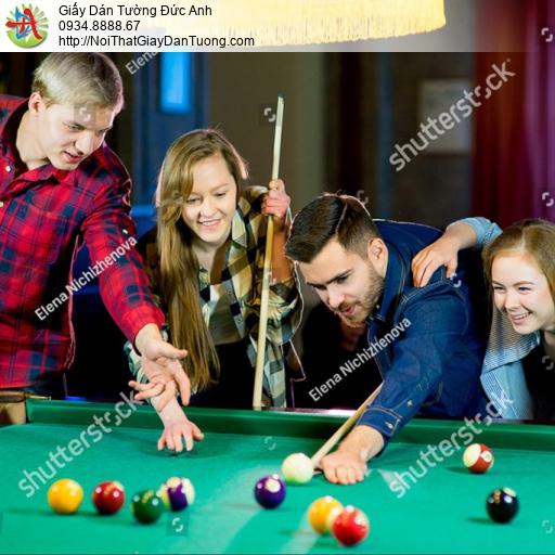 DA375 - Tranh dán tường nhóm bạn chơi bida vui vẻ, tập chơi bi-a